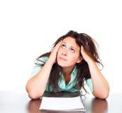 Kvinnan är stressad på arbete och funderaren om läget Royaltyfria Foton