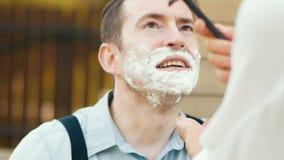 Kvinnan rakar hennes make Raka effekt lager videofilmer