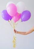 Kvinnan räcker innehavgruppen av ballonger Arkivfoton