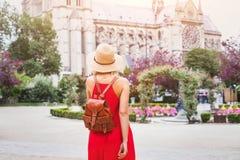 Kvinnan reser till Paris, turisten med ryggsäcken nära Notre Dame, Frankrike arkivfoto