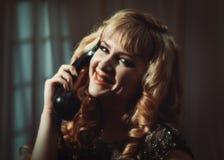 Kvinnan ringer på Royaltyfria Foton