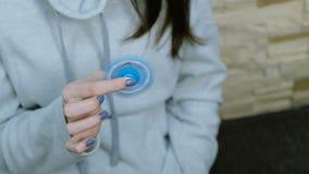 Kvinnan rotera en leksakspinnare i rakah Fem-pekad spinnare 4K stock video