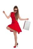 Kvinnan rymmer en shoppingpåse Royaltyfri Foto