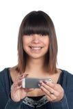 Kvinnan rymmer en smartphone Arkivfoton