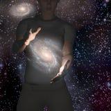 Kvinnan rymmer galaxen Arkivbilder