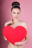 Kvinnan rymmer stor röd hjärta som jag älskar dig i hennes händer Royaltyfria Bilder