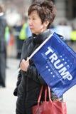Kvinnan rymmer tecknet utanför trumf samlar i Saint Louis Royaltyfri Fotografi