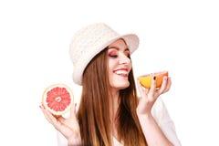Kvinnan rymmer tv? halfs av grapefruktcitrusfrukt i h?nder arkivbilder