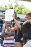 Kvinnan rymmer undertecknar in Ferguson demonstrationer Royaltyfri Fotografi