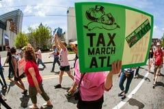 Kvinnan rymmer undertecknar protest för Atlanta trumfskatt samlar in Fotografering för Bildbyråer