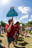 Kvinnan rymmer undertecknar service av vetenskap på Atlanta samlar in Royaltyfri Bild
