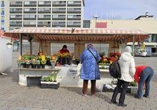Kvinnan säljer blommor som är utomhus- i Turku, Finland Royaltyfria Foton