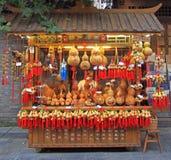 Kvinnan säljer typiska kinesiska souvenir som är utomhus- i Chengdu fotografering för bildbyråer