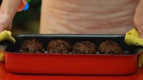 Kvinnan sätter nytt bakade muffin på tabellen, söta fester på julferier lager videofilmer