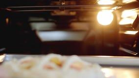 Kvinnan sätter pajer i ugnen för att baka stock video
