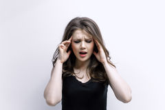 Kvinnan sätter räcker på huvudet Begrepp av problem Arkivfoto