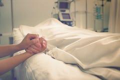 Kvinnan sörjer hennes make, som dog i ett sjukhus Royaltyfri Bild