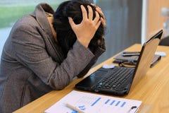 kvinnan satte handen på tröttad head känsla, frustrerat & stressat från royaltyfria bilder