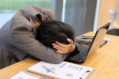 kvinnan satte handen på tröttad head känsla, frustrerat & stressat från arkivbilder