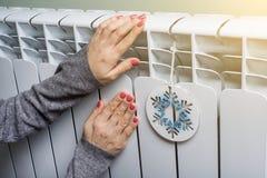 Kvinnan satte hennes händer på ett element arkivbilder