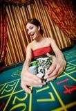 Kvinnan segrar, och takes bort traver av gå i flisor Royaltyfria Bilder