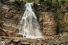 Kvinnan ser den stora vattenfallet Fotografering för Bildbyråer