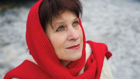 Kvinnan ser med hopp till himlen lager videofilmer