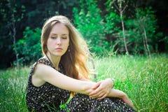 Kvinnan ser ner fotografering för bildbyråer