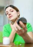 Kvinnan ser på henne flår Fotografering för Bildbyråer