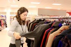 Kvinnan shoppar in Arkivbilder