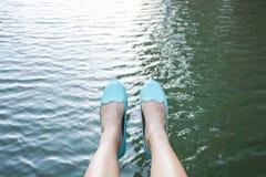 Kvinnan sitter åt sidan floden Royaltyfria Bilder