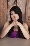 Kvinnan sitter i regeringsställning den förvirrade näscirkeln arkivfoto