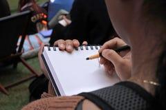 Kvinnan skissar Fotografering för Bildbyråer