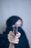Kvinnan skjuter ett vapen royaltyfria foton