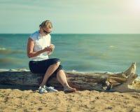 Kvinnan skriver anmärkningar på din mobil enhet efter sport Arkivbilder