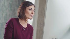Kvinnan skriver kontorsarbete Affärsöverensstämmelse sekreterare arkivfilmer