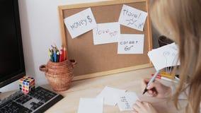 Kvinnan skriver ordet HÄLSA stock video