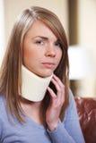 Kvinnan smärtar in det bärande halsstaget Arkivbilder