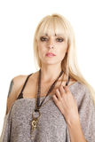 Kvinnan snör åt den allvarliga tangentkvinnan Royaltyfri Fotografi