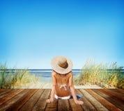 Kvinnan solbadar Sunny Summer Beach Relaxing Concept royaltyfria bilder