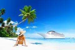 Kvinnan solbadar Sunny Summer Beach Relaxing Concept Arkivbild
