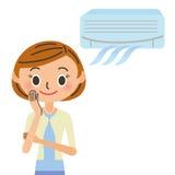 Kvinnan som är bekväm med en luftkonditioneringsapparat Royaltyfri Bild