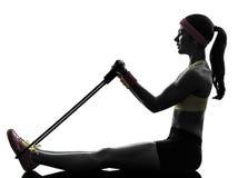 Kvinnan som övar konditiongenomköraremotstånd, sätter band konturn Royaltyfri Foto