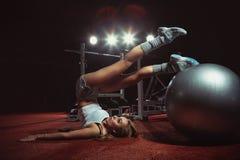 Kvinnan som övar Pilates, klumpa ihop sig Fotografering för Bildbyråer