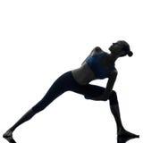 Kvinnan som övar sträcka triangeln, poserar yoga Arkivbild