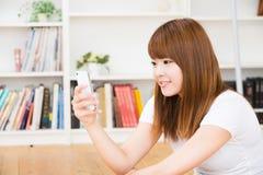Kvinnan som använder smartphonen Fotografering för Bildbyråer