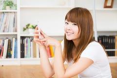 Kvinnan som använder smartphonen Arkivbild