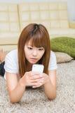 Kvinnan som använder smartphonen Arkivbilder