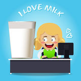 Kvinnan som arbetar på datoren, och stort exponeringsglas av mjölkar Royaltyfri Fotografi