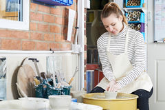 Kvinnan som arbetar på krukmakeri, rullar in studion Fotografering för Bildbyråer